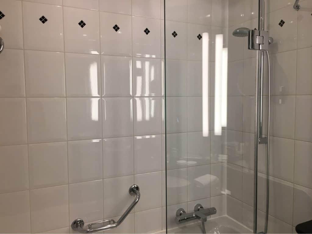 Hilton Berlin Review-tub-shower