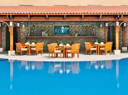 Hilton Alexandria Green Plaza: Aqua Blue Pool Bar